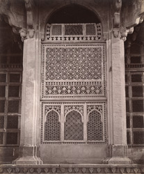 Close view of pierced stone window in the Tomb of Muhammad Ghaus, Gwalior 10031464
